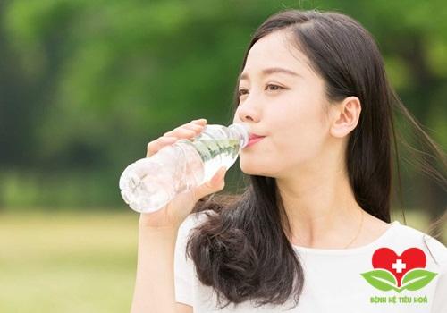 Cách chữa viêm họng mạn tính hạt dứt điểm nhờ uống nhiều nước