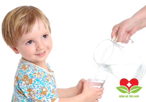 Tăng cường uống nhiều nước lọc khi bị sốt